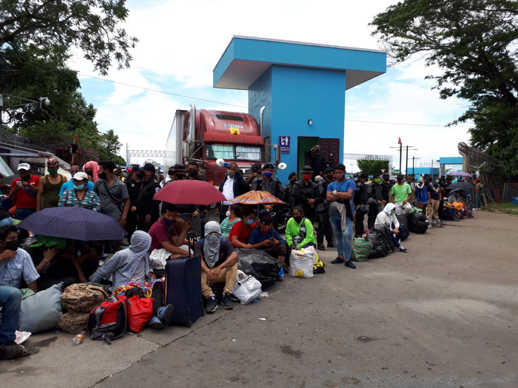 cientos de varados en frontera