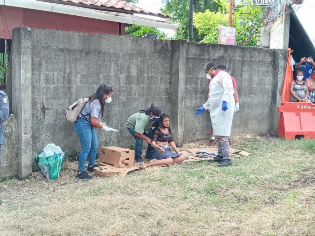 Una joven embarazada recibe atención de emergencia por parte de Cruz Roja Costarricense