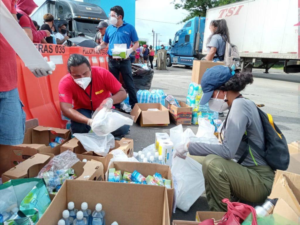 Los camiones circulan libremente con mercadería y las personas siguen varadas bajo sol y lluvia